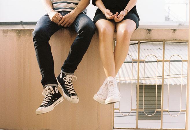 Szerelmes pár üldögélve beszélget