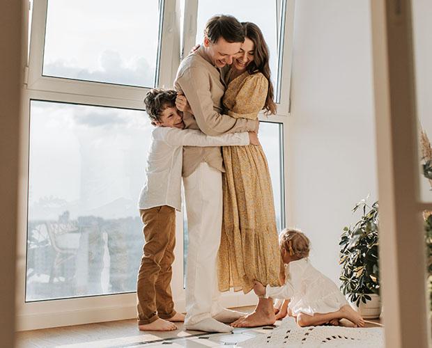 Boldog család együtt, apával a középpontban