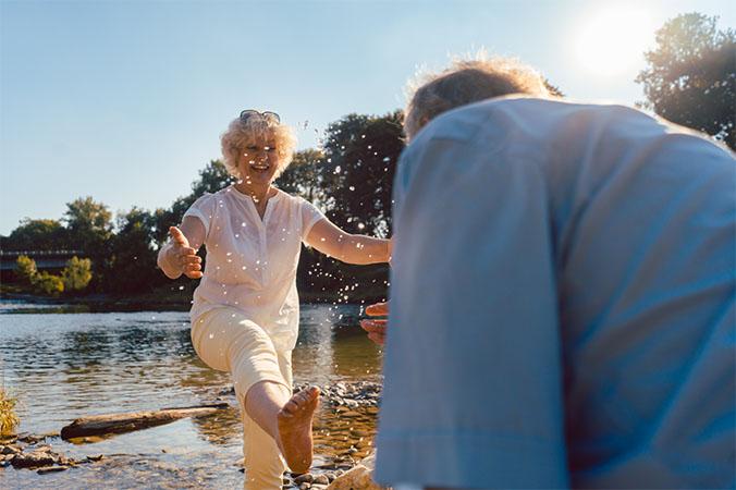 Idősebb, boldog pár a vízparton
