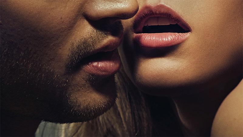 Pár érzéki ajkai egymáshoz közel