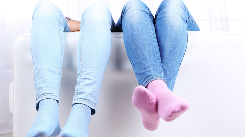 Szerelmes pár színes zokniban