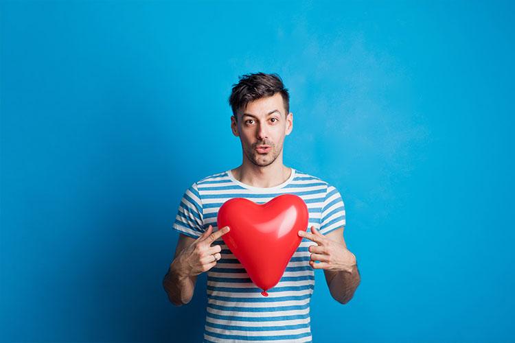 A szerelmes férfi odaadja a szívét