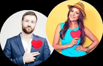 Sármos, öltönyös férfi és kék ruhás nő szívecskét mutatnak