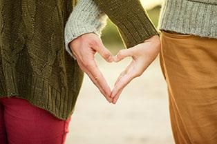 Szekszárdi társkereső pár kézzel szívecskét formál
