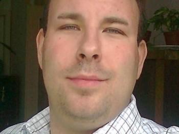 tothis 35 éves társkereső profilképe