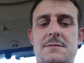 roll 37 éves társkereső profilképe