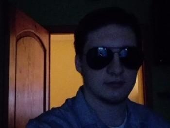 adam9302 28 éves társkereső profilképe