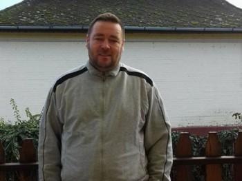 Realista 46 éves társkereső profilképe