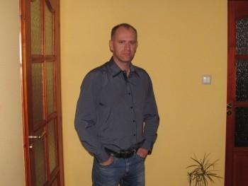 Kinek mi 41 éves társkereső profilképe