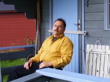 Kék szemű 58 éves társkereső profilképe