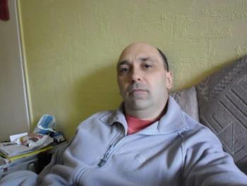 száztizenegy 49 éves társkereső profilképe