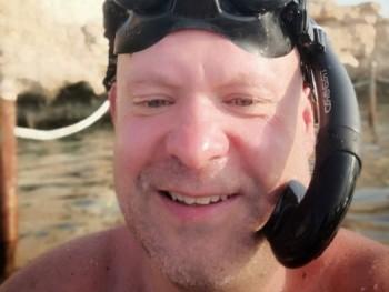 schef 42 éves társkereső profilképe