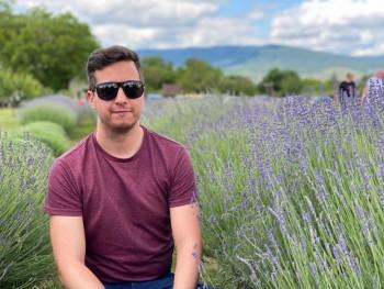 QTom 30 éves társkereső profilképe